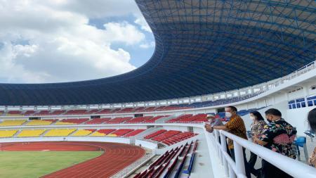 CEO PSIS, Yoyok Sukawi saat melakukan kunjungan ke Stadion Jatidiri dengan didampingi tim BPPLOP Jateng yang juga Pengelola Stadion. - INDOSPORT
