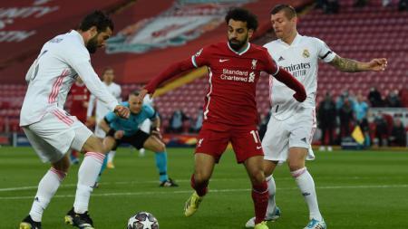 Mohamed Salah memperebutkan bola di laga Liverpool vs Real Madrid - INDOSPORT