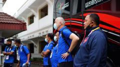 Indosport - GM PSIS Semarang, Wahyoe Winarto bersama jajaran pelatih ketika melakukan briefing sebelum babak delapan besar Piala Menpora 2021.