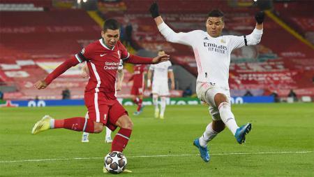 Pemain Liverpool, Roberto Firmino mendapat hadangan dari pemain Real Madrid, Casemiro di laga Liga Champions. - INDOSPORT