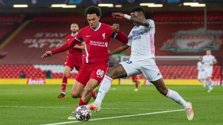 Duel pemain Liverpool, Alexander-Arnold dengan pemain Real Madrid Vinicius Júnior di laga Liverpool vs Real Madrid pada Liga Champions. - INDOSPORT