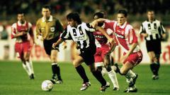 Indosport - Striker Juventus, Alessandro Del Piero, mengancam gawang AS Monaco dalam pertandingan Liga Champions, 15 April 1998.