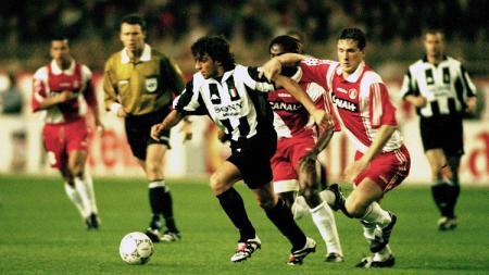 Striker Juventus, Alessandro Del Piero, mengancam gawang AS Monaco dalam pertandingan Liga Champions, 15 April 1998. - INDOSPORT