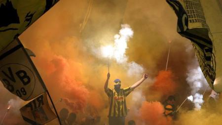 Aksi ultras Borussia Dortmund. - INDOSPORT