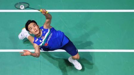 Pebulutangkis Kento Momota dianggap media China belum bisa disejajarkan dengan Lin Dan dan Taufik Hidayat sekalipun meraih emas Olimpiade Tokyo 2020. - INDOSPORT