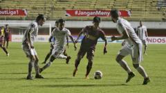 Indosport - Aksi pemain PSM Makassar saat melawan Persija Jakarta di leg pertama semifinal Piala Menpora 2021.