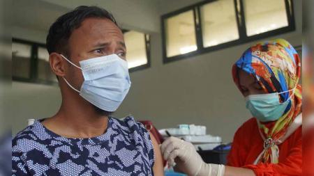 Salah satu pemain PSMS Medan saat menjalani vaksinasi Covid-19 tahap kedua di markas PSMS, komplek Stadion Mini Kebun Bunga, Medan, Jumat (16/03/21). - INDOSPORT