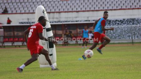 Kapten Persipura Jayapura, Boaz Solossa saat berlatih bersama rekan-rekannya di Stadion Mandala, Papua, Jumat (16/04/21). - INDOSPORT