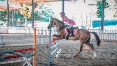 Indosport - Ria Ricis alami insiden mengerikan saat olahraga berkuda