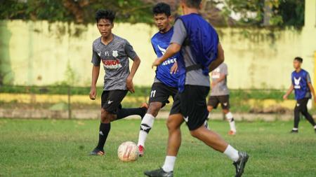 David Maulana (kiri), saat masih ikuti latihan bersama dengan PSMS Medan. - INDOSPORT