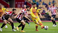 Indosport - Lionel Messi saat mengirim bola ke rekannya di laga Athletic Bilbao vs Barcelona.