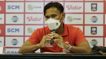 Wakil kapten klub PSM Makassar Zulkifli Syukur, menggalang dukungan dan doa dari suporter setianya sebelum melawan Persik Kediri di ajang BRI Liga 1 2021/2022. - INDOSPORT