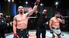 Indosport - Kemenangan Robert Whittaker atas Kelvin Gastelum di UFC Vegas 24.