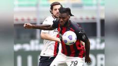 Indosport - Duel pemain AC Milan Franck Kessie dengan pemain Genoa Mattia Destro di Seria A Italia.