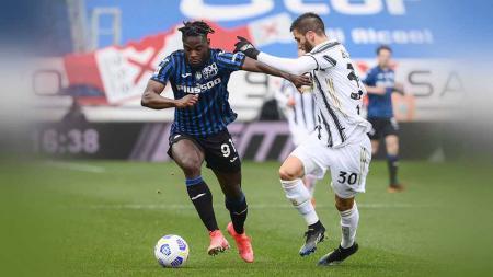 Duel pemain Atalanta, Duvan Zapata dengan pemain Juventus Rodrigo Bentancur pada Serie A Italia Atalanta vs Juventus, Minggu (18/04/21). - INDOSPORT