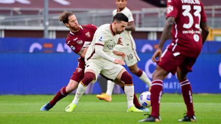 Duel yang terjadi di laga Torino vs AS Roma, Minggu (18/4/21). - INDOSPORT