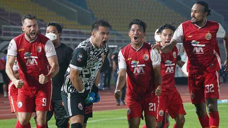 Selebrasi para pemain Persija Jakarta usai menang adu penalti dari PSM Makassar pada laga leg kedua semifinal Piala Menpora 2021 di Stadion Manahan Solo, Minggu (18/04/21). - INDOSPORT