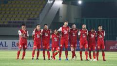 Indosport - Otavio Dutra dan skuat Persija Jakarta lainnya saat adu penalti dengan PSS Sleman pada leg kedua semifinal Piala Menpora 2021.