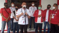 Indosport - Ketua Umum PSSI, Mochamad Iriawan saat melihat koleksi piala milik Persis Solo di Balai Persis, Senin (19/04/21).
