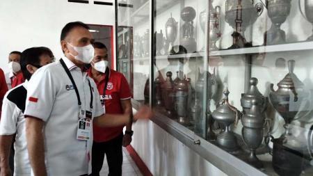 Ketua Umum PSSI, Mochamad Iriawan saat melihat koleksi piala milik Persis Solo di Balai Persis, Senin (19/04/21). - INDOSPORT