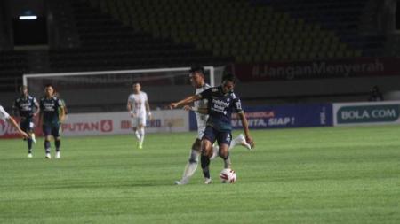 Salah satu aksi PSS lawan PSS di Piala Menpora 2021. - INDOSPORT