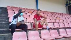 Indosport - Bek asal Brasil, Caio Ruan saat berdiskusi dengan dokter tim Persipura, Benny Suripatty.