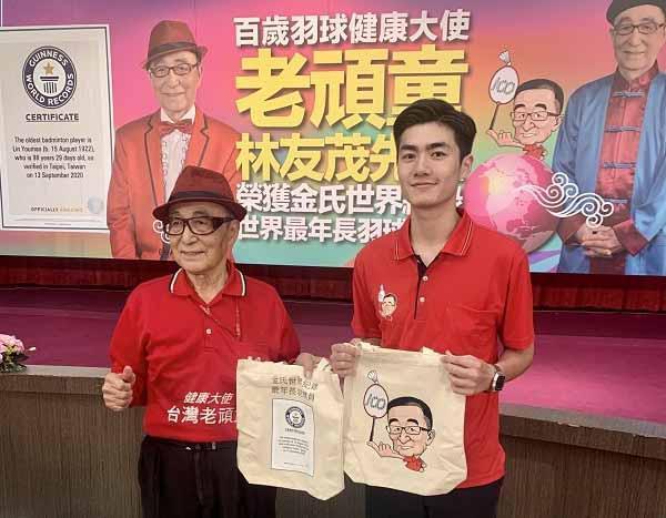 Pebulutangkis 98 Tahun Asal Chinese Taipei, Lin You-mao dinobatkan oleh Guinness World Records sebagai pemain bulu tangkis tertua di dunia. Copyright: taiwannews