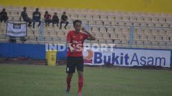 Ambrizal saat berjalan di lapangan. Indosport/Effendi.