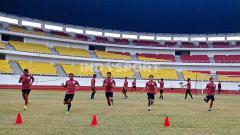 Indosport - Para pemain PSIS saat berlatih di Stadion Jatidiri, Semarang beberapa waktu lalu.