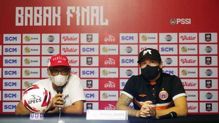 Pelatih Persija Jakarta, Sudirman beserta Pemain Persija Jakarta, Marc Klok di sesi konferensi pers jelang laga melawan Persib Bandung. - INDOSPORT