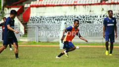 Indosport - Gelandang Muda Persipura Jayapura, Todd Rivaldo Ferre (rompi orange) saat berlatih bersama rekan-rekannya.