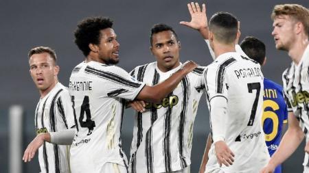 Selebrasi Alex Sandro bersama pemain Juventus usai membobol gawang Parma. - INDOSPORT