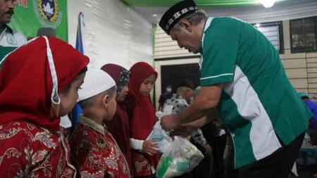 Memberikan bantuan kepada anak-anak kurang mampu dalam puncak peringatan HUT PSMS ke-71, Rabu (21/04/21) malam. - INDOSPORT