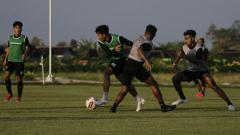 Indosport - Skuat PSM Makassar berlatih di Lapangan Sapen, Karanganyar.