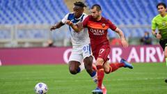 Indosport - Duel Mkhitaryan dan Zapata di laga AS Roma vs Atalanta.