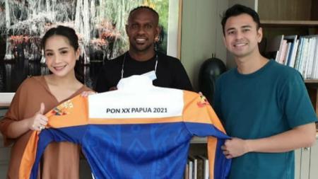 Boaz Solossa foto bersama Raffi Ahmad dan Nagita Slavina. - INDOSPORT