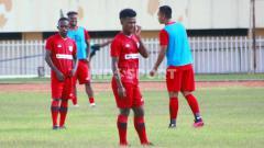 Indosport - Salah satu pemain muda anyar Persipura, Ramai Rumakiek (tengah).