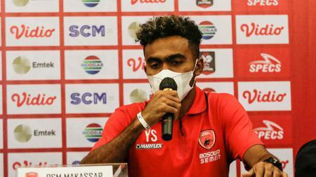 Pesepakbola asal Kabupaten Kepulauan Yapen, Yakob Sayuri, membuat sejumlah klub yang meminatinya meradang setelah menegaskan bertahan di PSM Makassar. - INDOSPORT