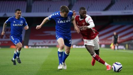 Situasi duel yang terjadi pada duel Arsenal vs Everton dalam lanjutan Liga Inggris - INDOSPORT
