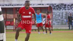 Indosport - Kapten Persipura Jayapura, Boaz Solossa ketika berlatih.
