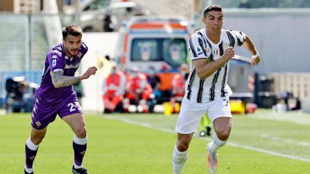 Aksi Cristiano Ronaldo (kanan) di laga Fiorentina vs Juventus. - INDOSPORT