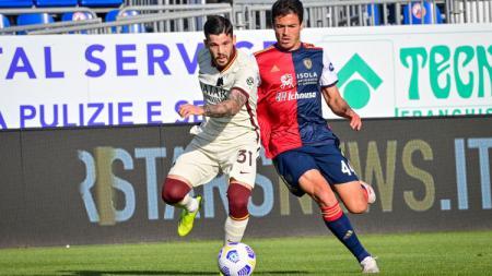 Duel Carles Perez dengan Carboni di laga Cagliari vs AS Roma. - INDOSPORT