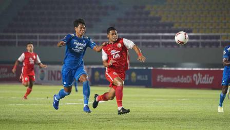 Aksi striker Persija Taufik Hidayat melewati bek Persib Achmad Jufrianto pada leg kedua final Piala Menpora 2021 di Stadion Manahan Solo, Minggu (25/04/21).