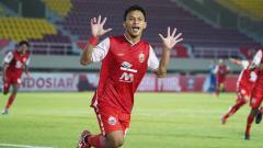 Indosport - Selebrasi Osvaldo Haay usai mencetak gol pertama Persija ke gawang Persib pada leg kedua final Piala Menpora 2021 di Stadion Manahan Solo, Minggu (25/04/21).