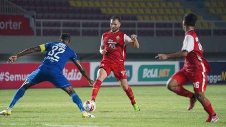 Pergerakan Marco Motta saat dihadang oleh bek Persib Victor Igbonevo pada leg kedua final Piala Menpora 2021 di Stadion Manahan Solo, Minggu (25/04/21).