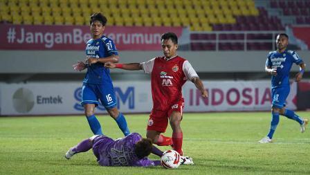 Aksi Striker Persija Osvaldo Haay sempat digagalkan oleh kiper Persib I Made Wirawan pada leg kedua final Piala Menpora 2021 di Stadion Manahan Solo, Minggu (25/04/21).