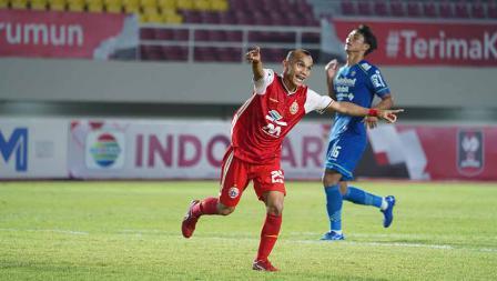 Selebrasi Riko Simanjuntak usai mencetak gol kedua ke gawang Persib Bandung pada leg kedua final Piala Menpora 2021 di Stadion Manahan Solo, Minggu (25/04/21).