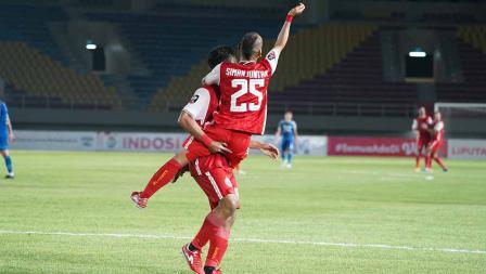 Selebrasi Riko Simanjuntak dengan Osvaldo Haay atas gol kedua Persija ke gawang Persib pada leg kedua final Piala Menpora 2021 di Stadion Manahan Solo, Minggu (25/04/21).