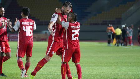 Selebrasi Marco Motta dengan Riko Simanjuntak atas gol kedua Persija ke gawang Persib pada leg kedua final Piala Menpora 2021 di Stadion Manahan Solo, Minggu (25/04/21).