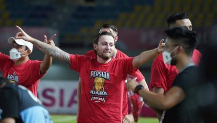 Ekspresi kebahagian Marc Klok sebelum prosesi penyerahan trophy Piala Menpora 2021 kepada Persija Jakarta di Stadion Manahan Solo, Minggu (25/04/21).